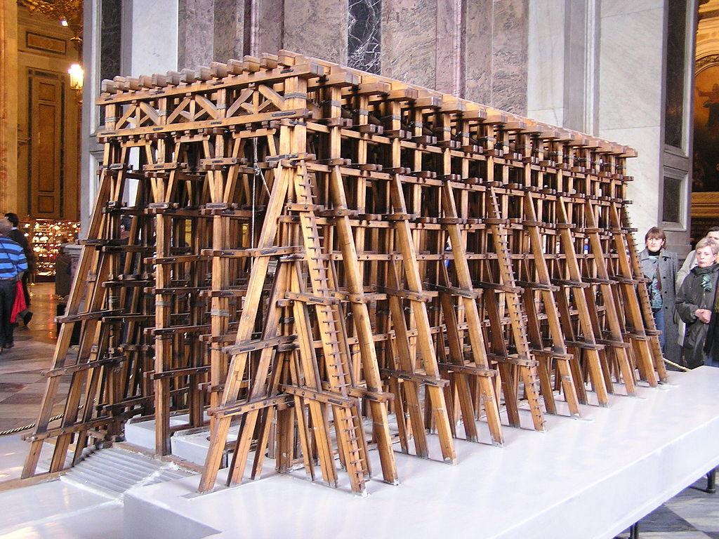 Модель лесов, спроектированных А. Бетанкуром и применявшихся для подъёма колонн. Фото: Andrew Butko