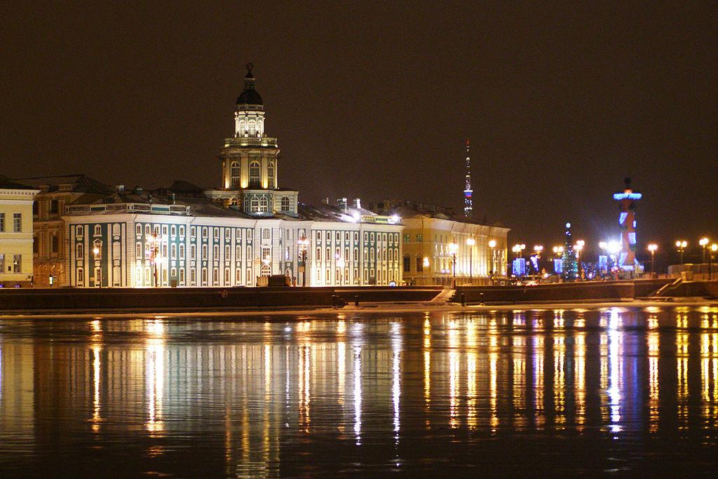 Кунсткамера вечером. Вид с Адмиралтейской набережной. Фото: Gef (Wikimedia Commons)