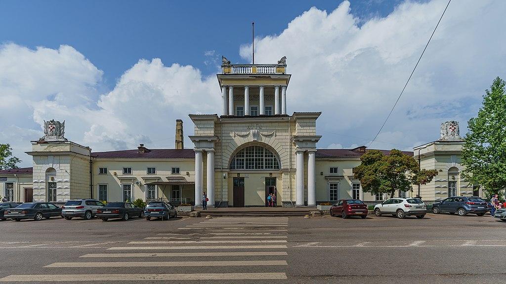 Вокзал станции Луга I в Ленинградской области. Фото: A.Savin