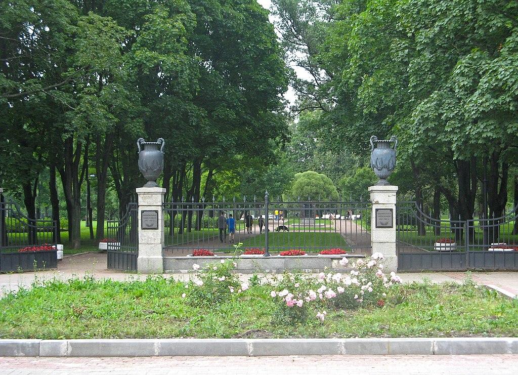 Вазы на каменных пилонах (две): Бассейная улица, у входа в Московский парк Победы. Фото: Екатерина Борисова (Wikimedia Commons)