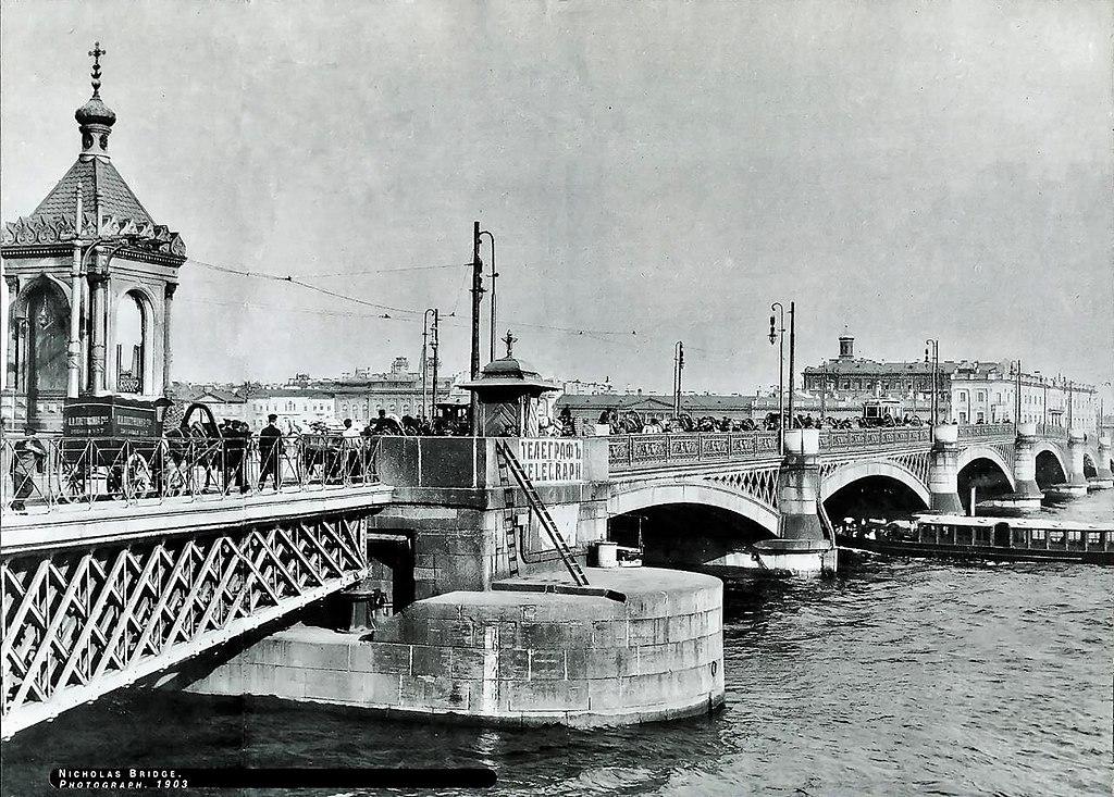 Николаевский мост. Видны разводной пролёт и часовня, до 1917 г.  Источник: Wikimedia Commons