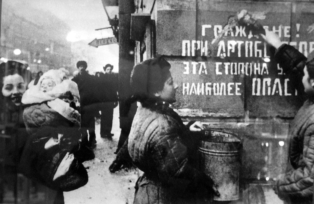 Ликующий Ленинград. Блокада снята. Источник: Wikimedia Commons