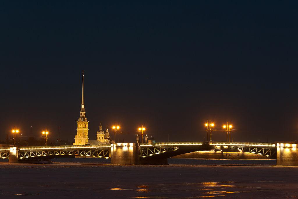Дворцовый мост и Петропавловский собор. Фото: Dmitry A. Mottl