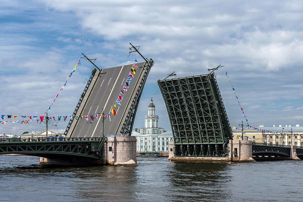 Разведённый Дворцовый мост в Санкт-Петербурге. Фото: Florstein (WikiPhotoSpace)