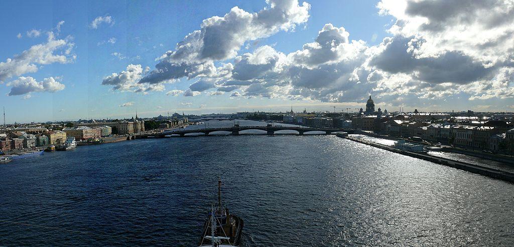 """Vista panorámica del Rio Neva desde el Buque """"Empress"""" (Панорама Невы со стороны залива). Фото: Puertomenesteo (Wikimedia Commons)"""