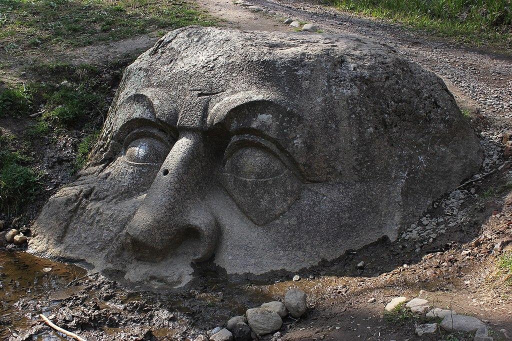 """Скульптура у источника (""""Голова""""), Петергоф, центральная часть парка. Фото: Фото: Milena Lutsenko (Wikimedia Commons)"""