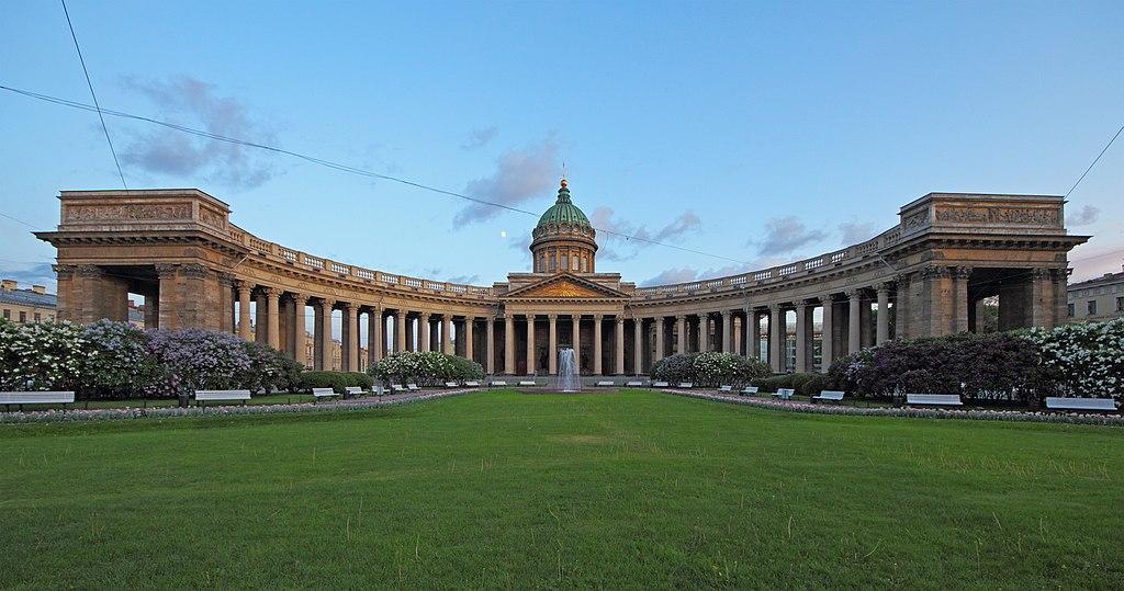 Казанская площадь, собор и сквер. Фото: A.Savin (Wikimedia Commons · WikiPhotoSpace)