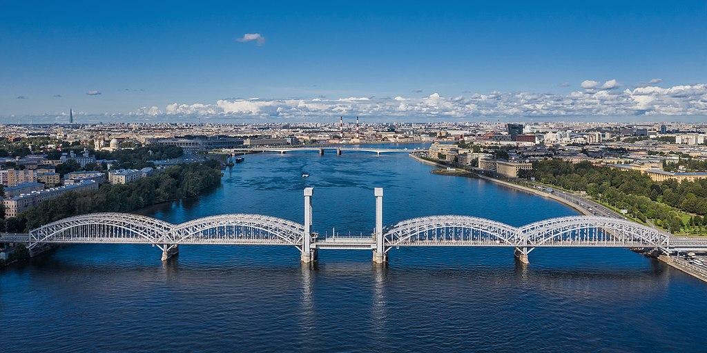 Река Нева и Финляндский железнодорожный мост в Санкт-Петербурге: аэрофотосъёмка. Фото: A.Savin (Wikimedia Commons · WikiPhotoSpace)