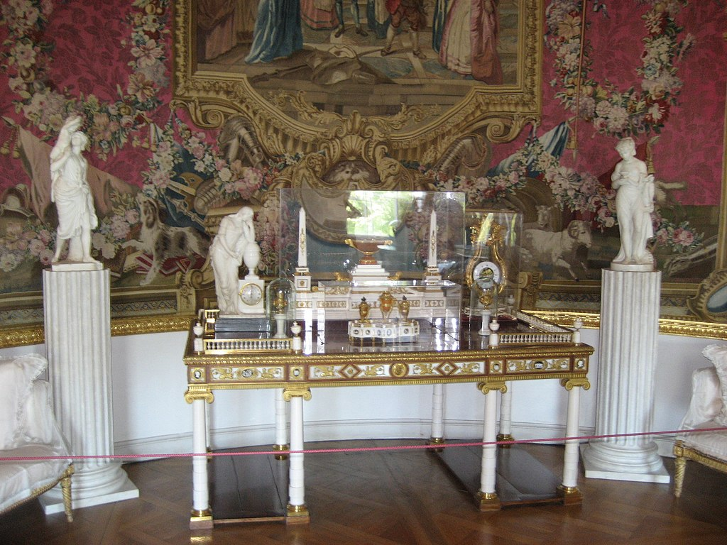 Столик с часовыми механизмами в Павловском дворце. Фото: Иван Ожерельев