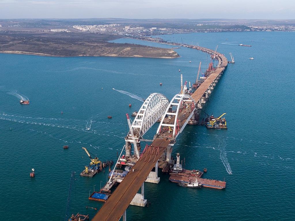 Установленные арки моста и процесс надвижки пролётов а/д моста к арке. Вид со стороны Тамани. Фото: Росавтодор