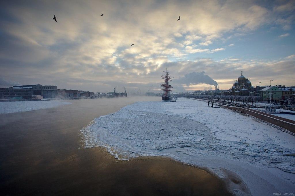 Река Нева, покрытая льдом. Закат. Россия, Санкт-Петербург. Автор фото: Антон Ваганов (Wikimedia Commons)