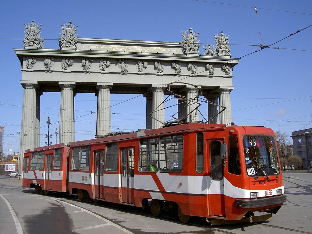 Трамвай на площади Московские Ворота. Фото: Dinamik (Wikimedia Commons)