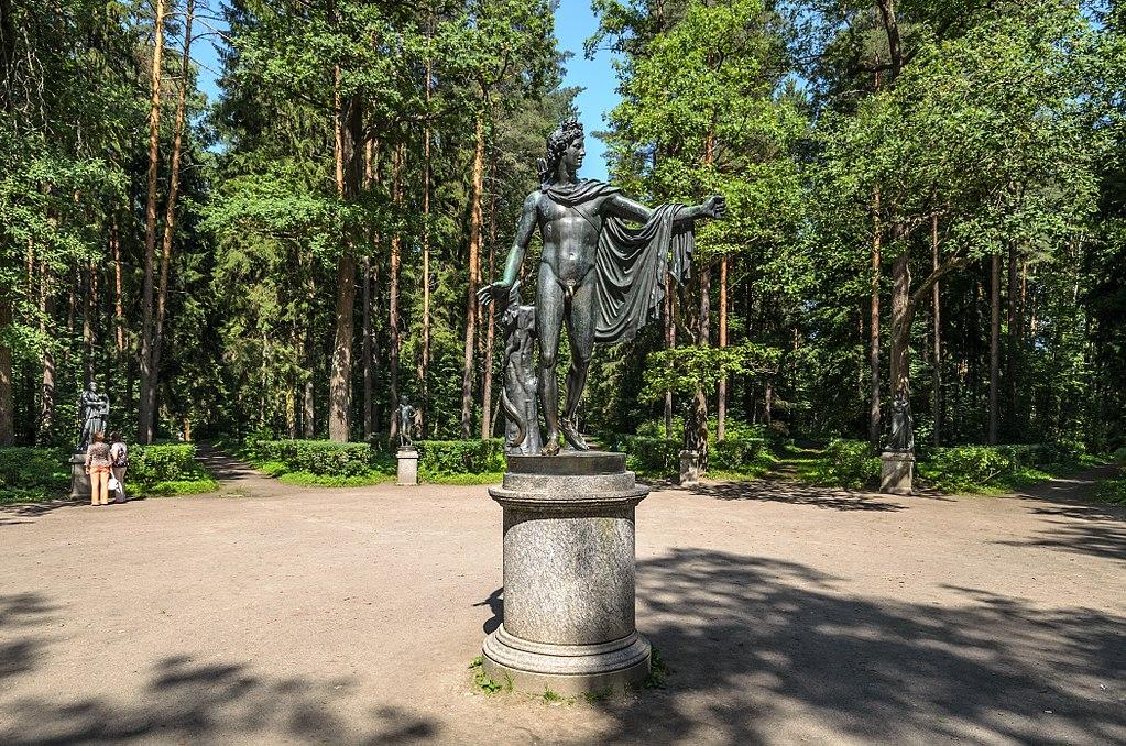 Аполлон Бельведерский и 12 дорожек в Павловском парке. Фото: Florstein (WikiPhotoSpace)