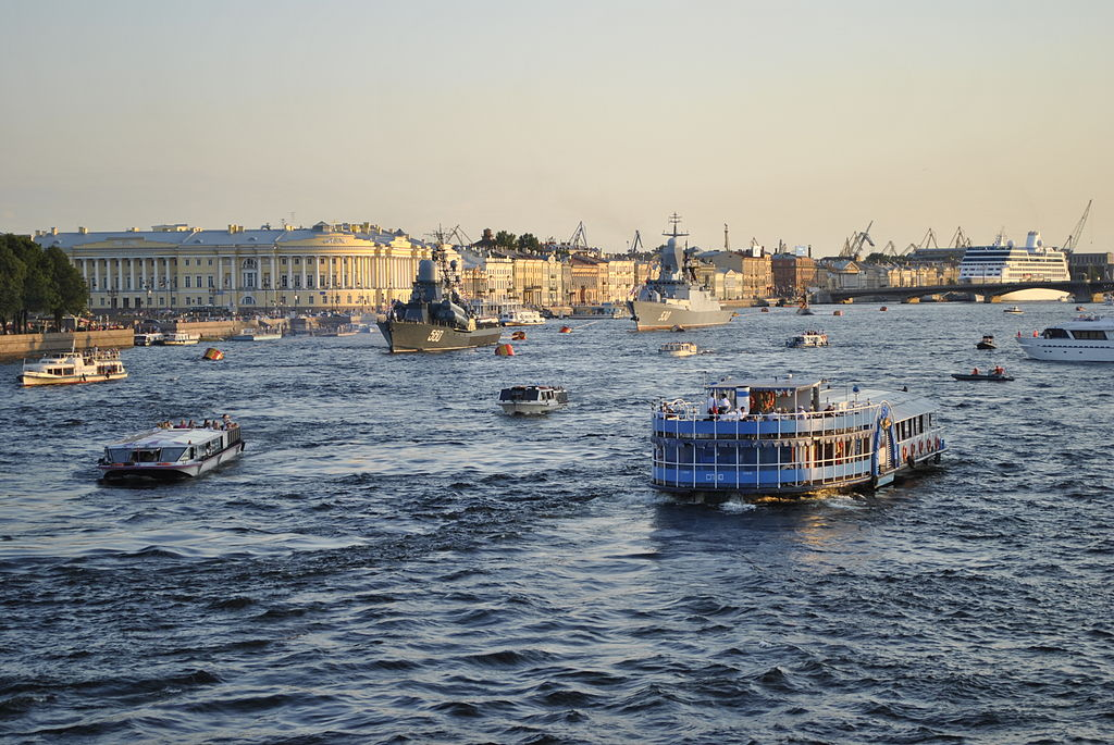 Вид на Неву с Дворцового моста. Фото: Kuffdam из русский Википедия