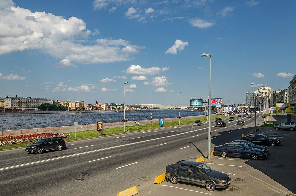 Смольная набережная в Санкт-Петербурге. Фото: Florstein (WikiPhotoSpace)