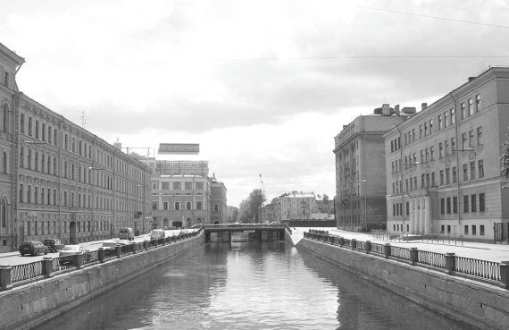 Жилой массив (справа), возведенный на фундаменте Литовского замка. Современное фото