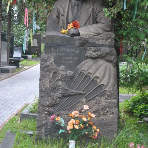 На Новодевичьем кладбище могила Глеба Евгеньевича Котельникова является местом, где парашютисты постоянно к деревьям привязывают ленточки и затяжки парашютов. Фото: авиару.рф