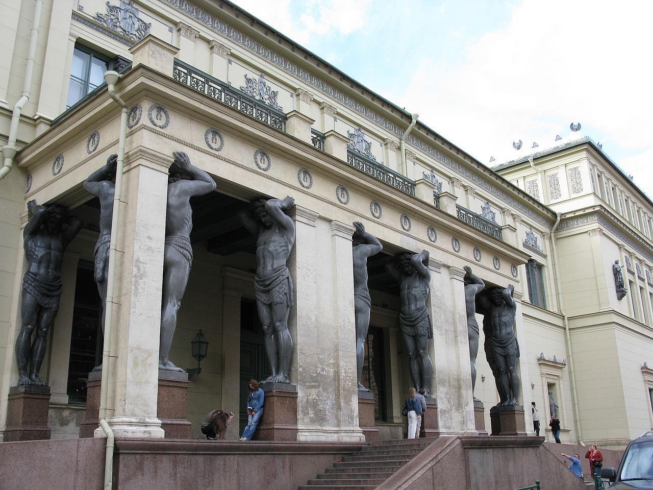 Портик Нового Эрмитажа с атлантами. Фото: Andrew Bossi (Wikimedia Commons)
