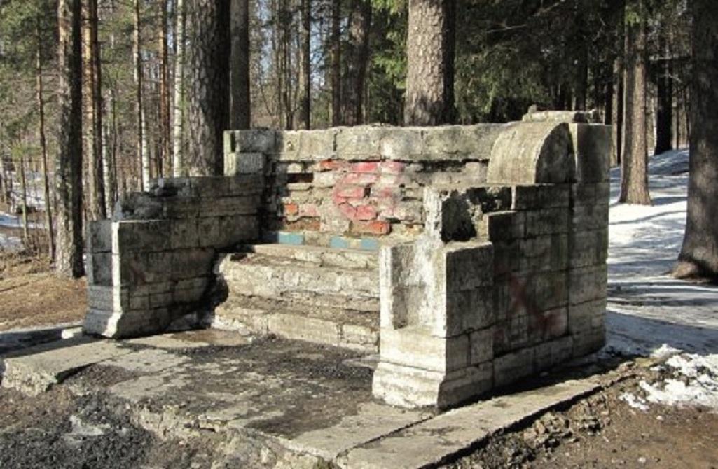 Каменная скамья. Фото: shuvalovopark.ru