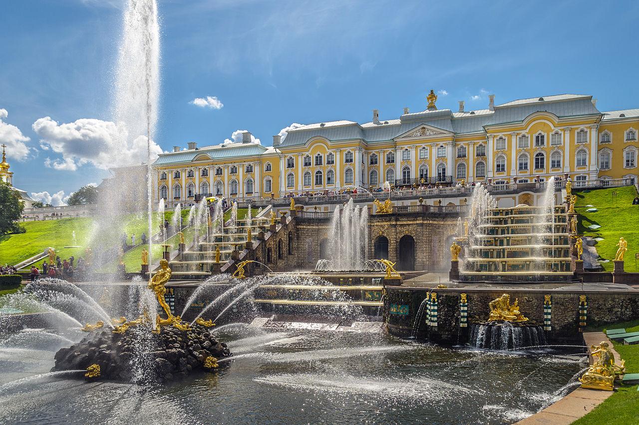 Петергоф. Большой каскад и Большой дворец. Автор фото: Florstein (WikiPhotoSpace)