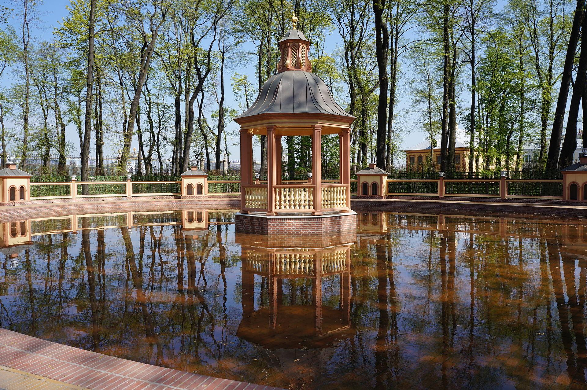 2012 г. Менажерийный пруд. Летний сад после реконструкции 2009-2011 гг. Автор фото: Евгений Со (Wikimedia Commons)