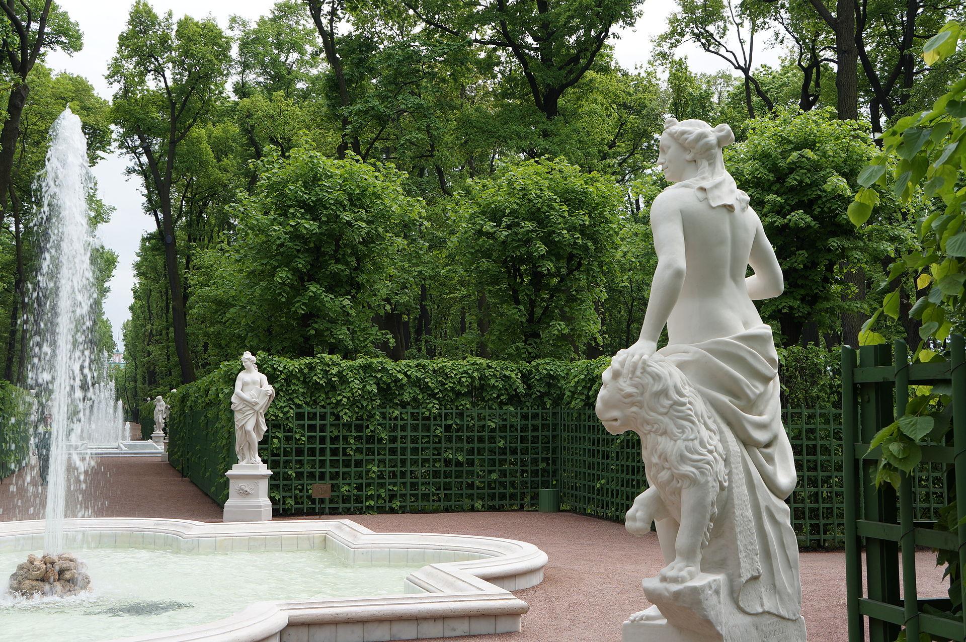 Летний сад. Центральная аллея. Шпалеры. Фонтан 2012 г. Автор фото: Евгений Со (Wikimedia Commons)