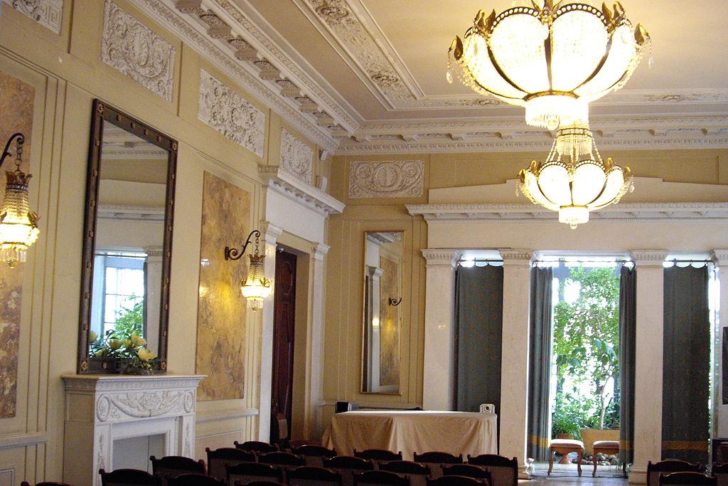 Интерьер большого зала в особняке Кшесинской (создан арх. А. И. Дмитриевым в 1905—1906 годах, затем утрачен, восстановлен в 1987 году). Фото: Potekhin (Wikimedia Commons)