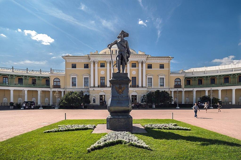 Памятник Павлу I на площади у Павловского дворца. Фото: Florstein (WikiPhotoSpace)