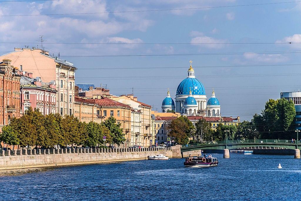 Набережная реки Фонтанки в Санкт-Петербурге. Вид на Троицкий собор. Фото: Florstein (WikiPhotoSpace)