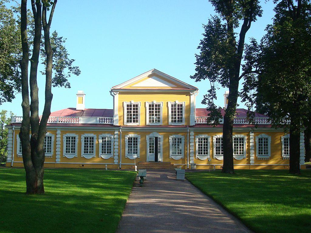 Задний фасад дворца, выходящий на Петергофскую дорогу, 2009 г. Фото: Chezenatiko (Wikimedia Commons)