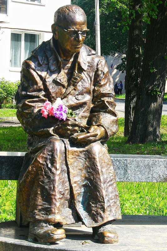 """Cкульптура """"Красная ворона"""", Ораниенбаум (Ломоносов), август   2016 г.  Фото: sinekvan.livejournal.com"""