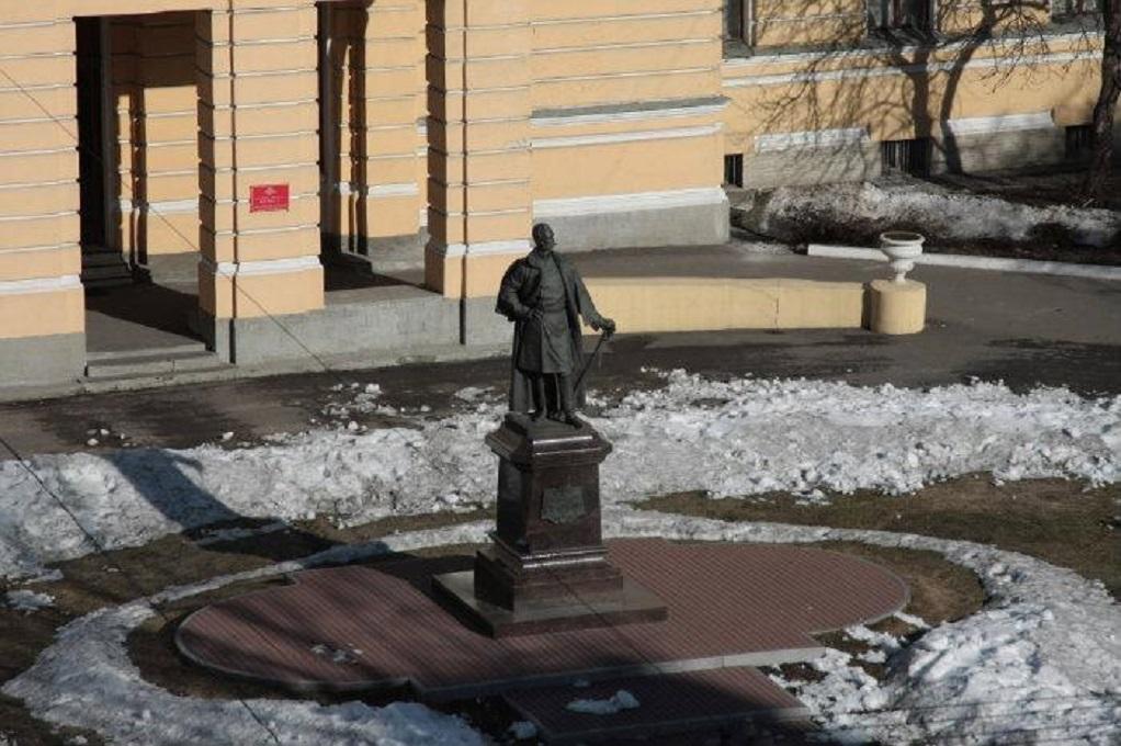 2. Памятник на Суворовском проспекте. Фото: miraru1