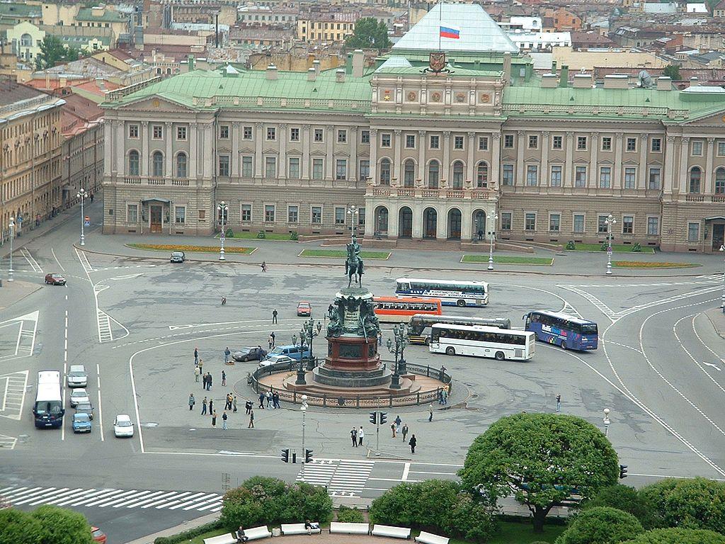 Мариинский дворец и памятник Николаю I на Исаакиевской площади. Фото: sitnikov