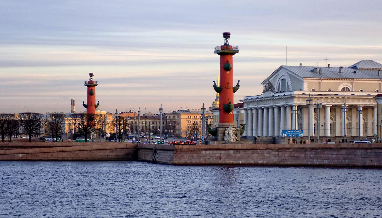 Ростральные колонны, 2007 г. Фото: Валерий Дед (Wikimedia Commons)