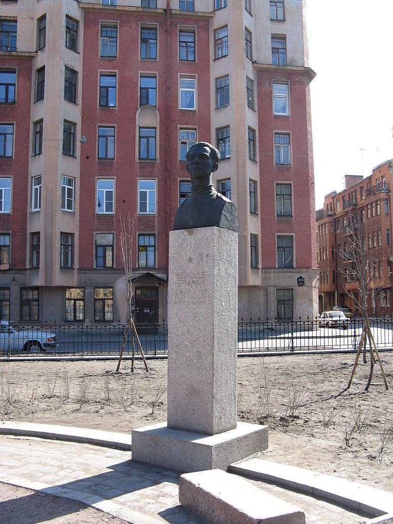 Памятник В. И. Ермаку в сквере на площади Кулибина и улице Володи Ермака. Автор фото: Maryanna Nesina (Wikimedia Commons)