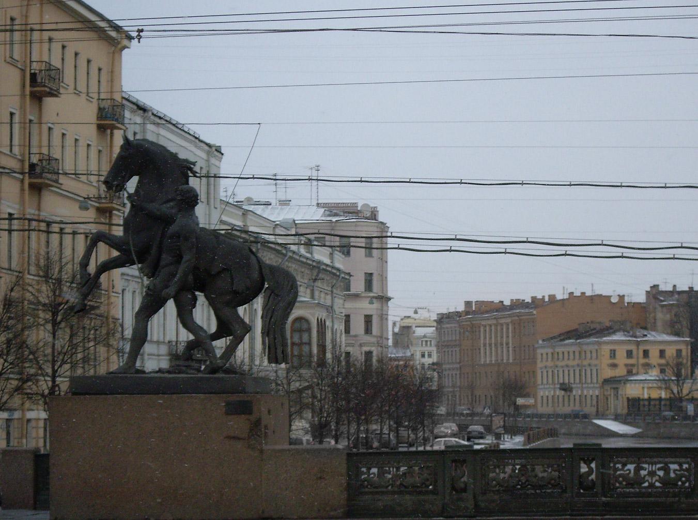 Памятные следы от снарядов. Аничков мост. Фото: Vivere