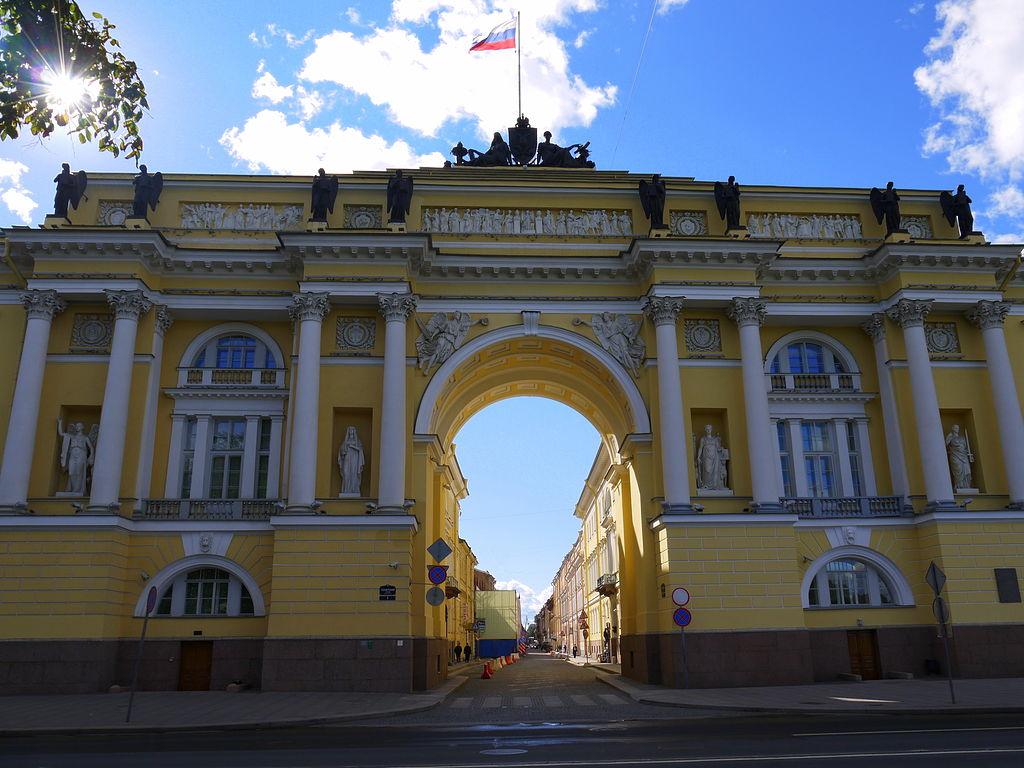Арка, соединяющая Сенат и Синод. За ней — Галерная улица. Фото: Lev Panov (Wikimedia Commons)