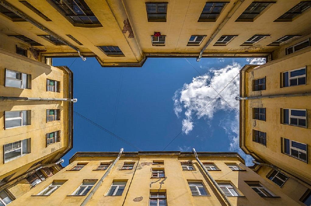 Двор-колодец в Санкт-Петербурге. Автор фото: tayna1 (Wikimedia Commons)