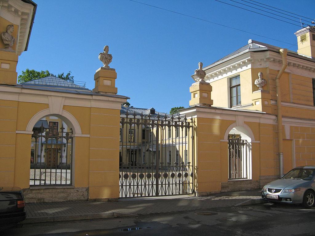 Лворец Бобринских. Ограда парадного двора. Фото: Екатерина Борисова (Wikimedia Commons)