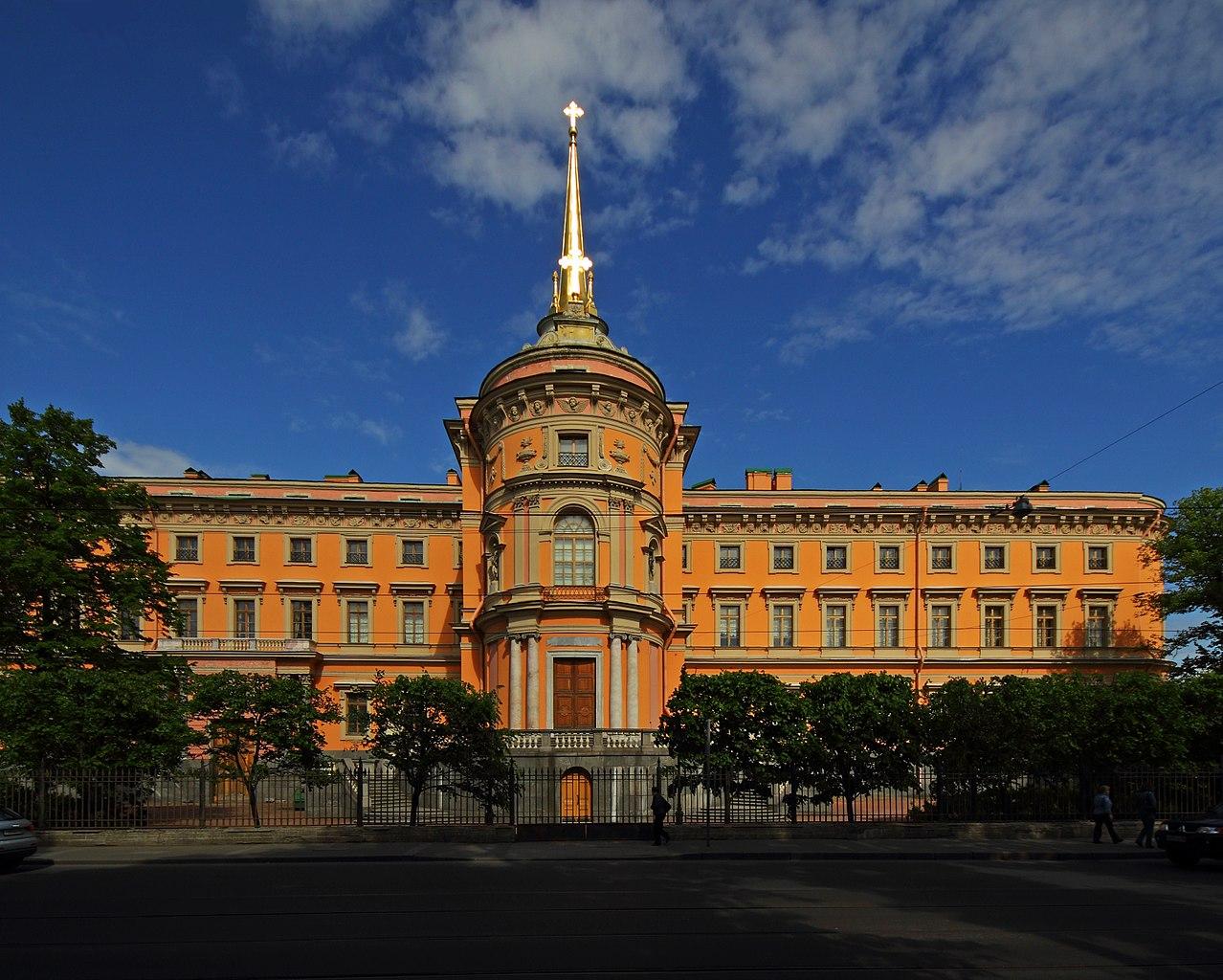 Михайловский (Инженерный) замок. Фасад на Садовую улицу. Фото: A.Savin (Wikimedia Commons · WikiPhotoSpace)
