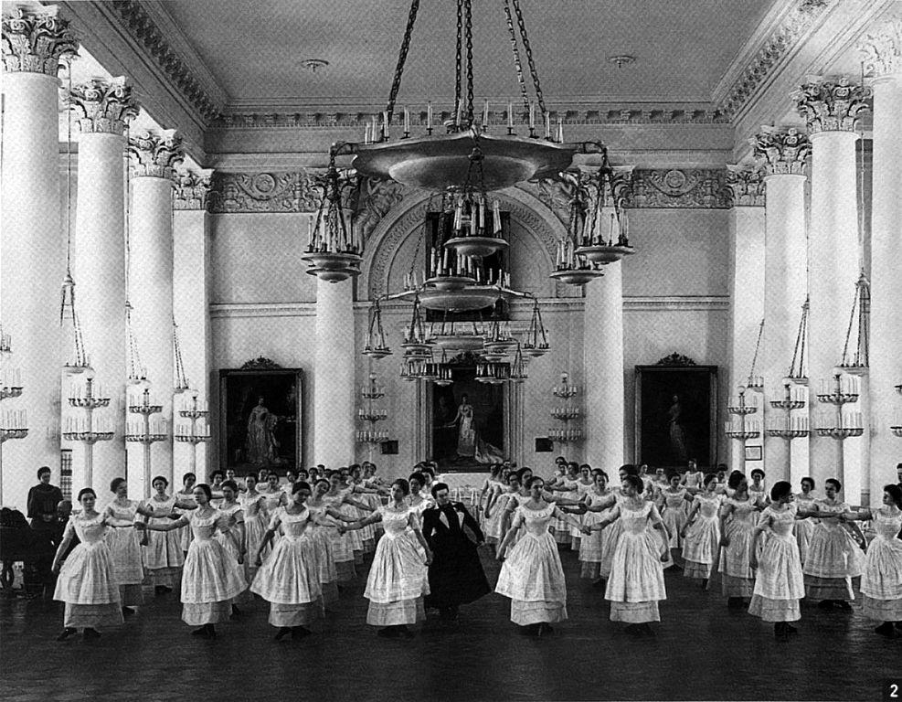 Воспитанницы Смольного института благородных девиц на уроке танцев (1889). Фото: en:Karl Bulla (Wikimedia Commons)