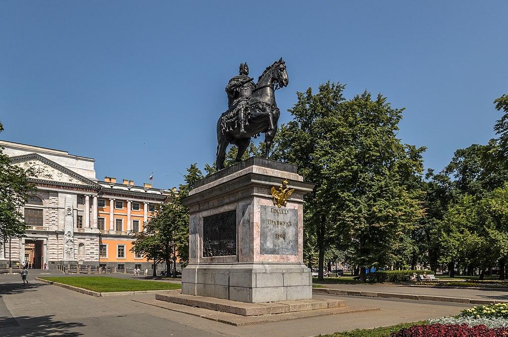 Памятник Петру Великому возле Михайловского замка в Санкт-Петербурге. Фото: Florstein (WikiPhotoSpace)