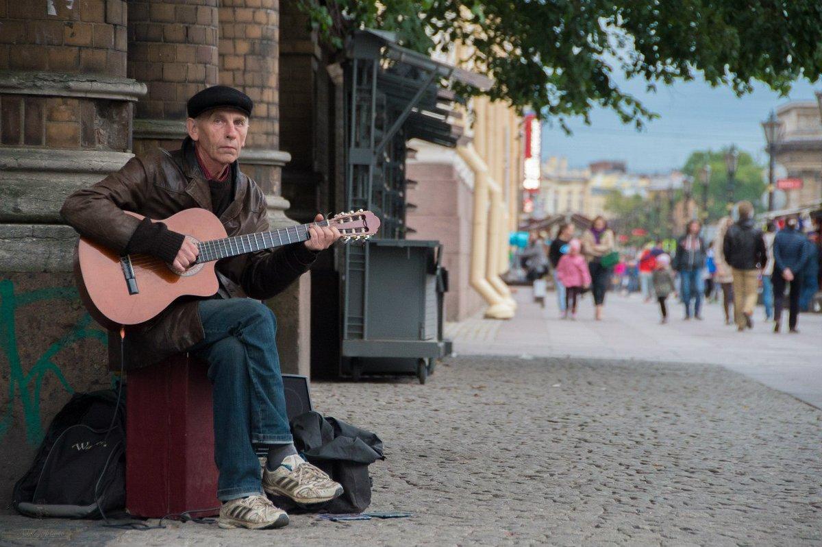 Уличный музыкант Николай Артёмов