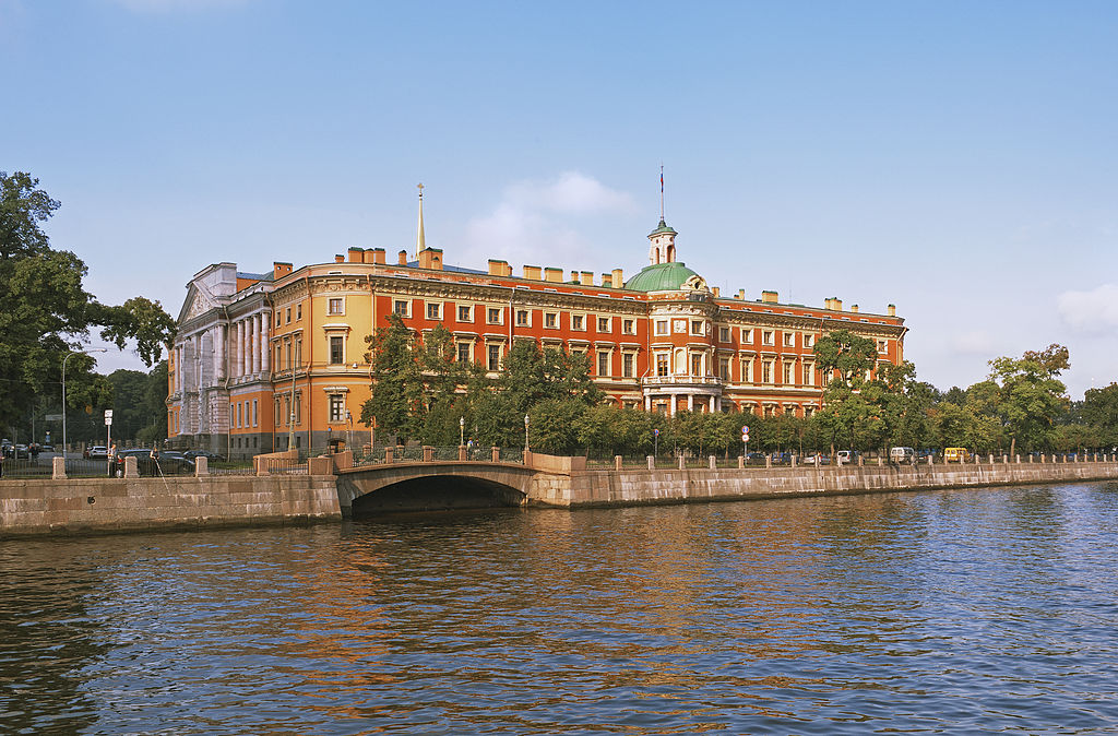 Михайловский замок с набережной Фонтанки. Фото: Aleks G (Wikimedia Commons)