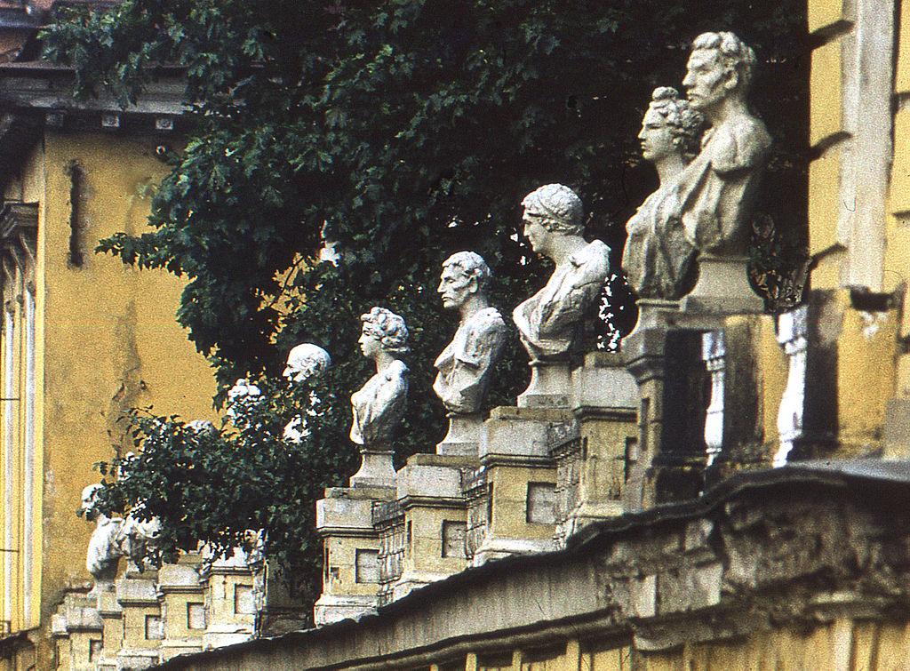 Ограда с бюстами (до реставрации). Фото: Витольд Муратов (Wikimedia Commons)