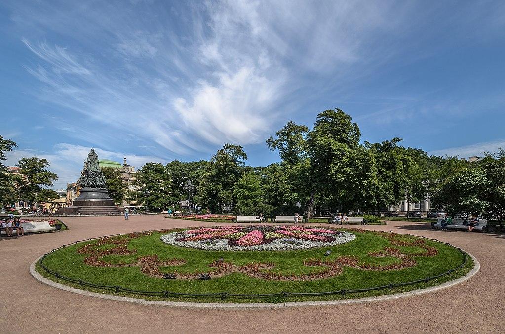 Вид на площадь со стороны Александринского театра. Фото: Florstein (WikiPhotoSpace)