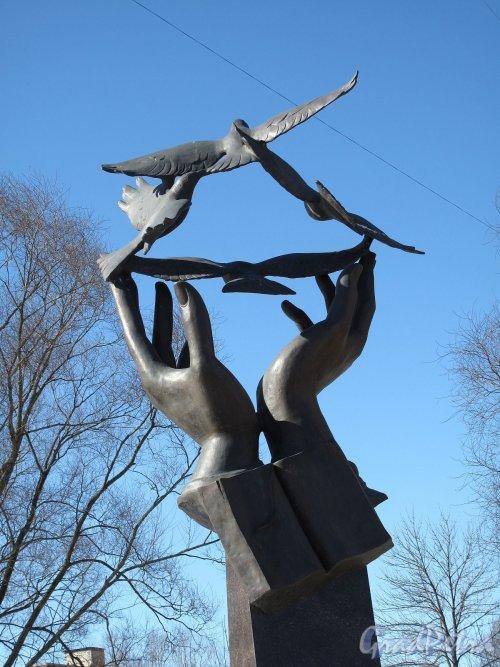 Памятник Учителю. ск. А. Гуляев, 2010 г. Фото март 2012   г. Источник: photo.gradpetra.net