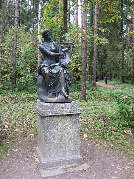 "Двенадцать дорожек. Статуя ""Терпсихора"". Автор: Александров, Wikimedia Commons"