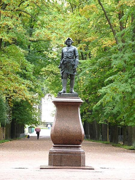 Петергоф. Памятник Петру I на Марлинской аллее Нижнего парка