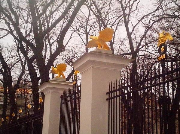 Решетка вокруг Аничкова сада с золочеными орлами после раставрации. Фото с оф.инстаграма Музея: instagram.com/anichkov_dvorets
